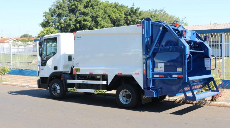 Prefeitura adquire novo caminhão para coleta de lixo
