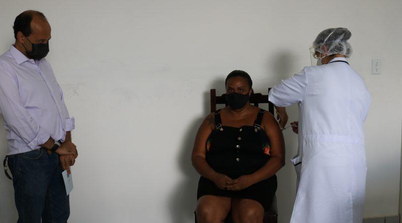 Primeira vacinada em Aguaí é auxiliar de enfermagem da rede municipal